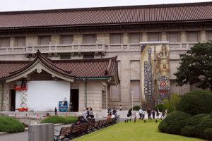 東博本館と櫟野寺展の巨大垂れ幕